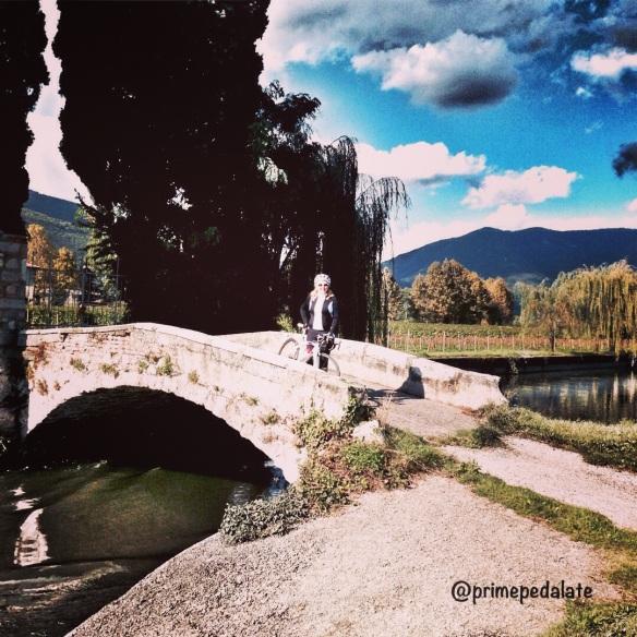 Sul ponticello sul Naviglio Grande di Brescia - ciclabile gavardina